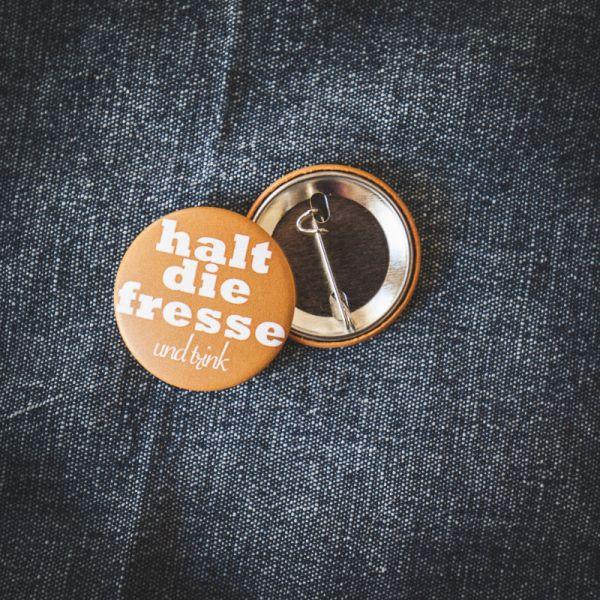 """Button """"HALT DIE FRESSE UND TRINK"""""""