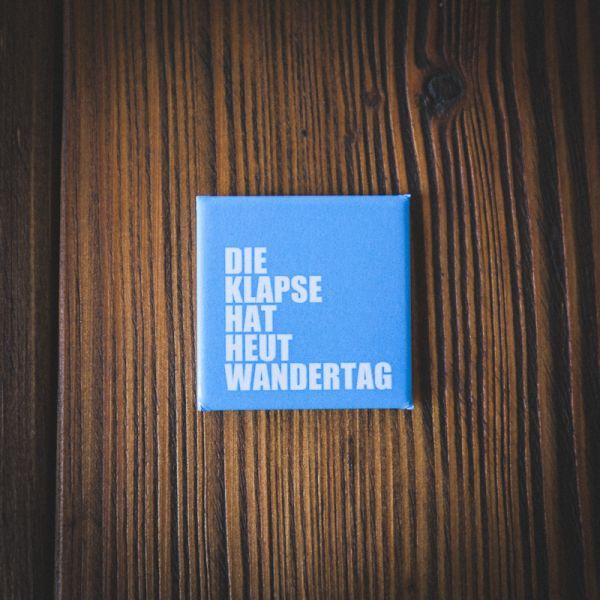 """Magnet """"DIE KLAPSE HAT HEUT WANDERTAG"""" (blau)"""
